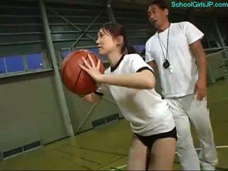 تلميذة في تدريب فستان fingered بواسطة ال مدرب في ال كرة السلة تدريب