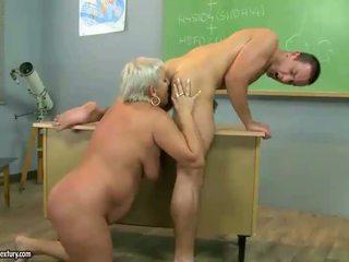 Dojrzała nauczycielka pieprzenie z jej student