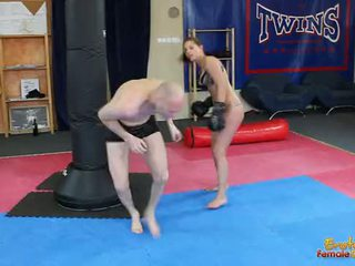 Anjo rivas beating loser através o ginásio em pugilismo luvas