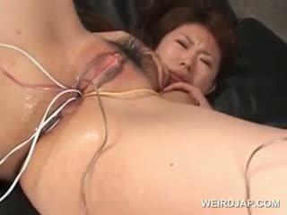 Asiatisk tramp gets henne hårete våt twat knullet med vibrators