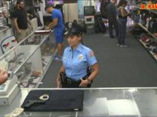 Polícia oficial com enorme mamas got fodido em o sala de arrumos