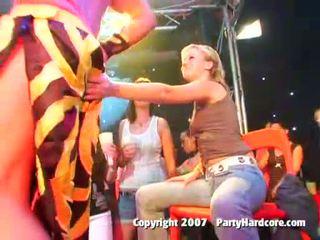 취한 클럽 비탄 소녀 에 야생 옷을 입은 여성의 벌거 벗은 남성 그룹 섹스 활동
