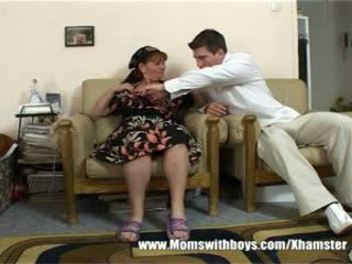 Madura dama rewards chico para limpiando