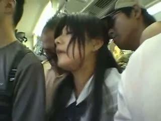 Kautrīga meitene gangbanged uz a publisks vilciens