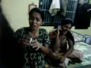 North индийски момичета опитвам към питие бира в техен домакин