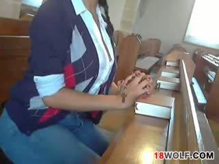 Tettona giovanissima flashing suo corpo a chiesa