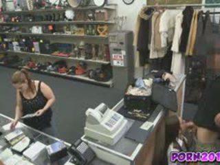 Evelyn przyjść około the counter i ssać mój chuj