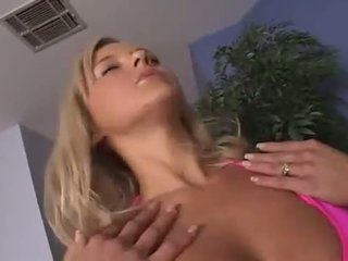 Aaralyn barra dan kissy kapri mengisap berbagi sebuah shaft dan minuman titit juice