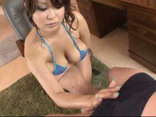 Krūtinga azijietiškas į blue bikinis blows a varpa