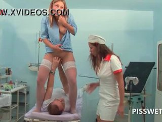 Lusty gynecologist פיסטינג ו - licking שלה patients כוס