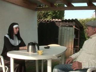 Mladý francúzske mníška fucked ťažký v trojka s papy sexuálny sliedič