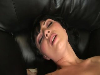 Ava rose masturbates met een mooi groot dildo