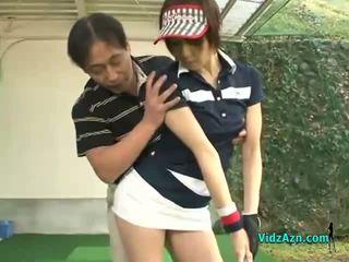Αδύνατος/η ασιάτης/ισσα έφηβος/η enjoys τσιμπουκώνοντας αυτήν γκολφ instuctors καβλί