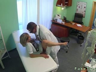 Sexy pirang perawat fucked by dhokter in his kantor