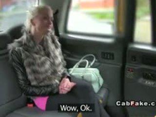 Malaking suso pinlandiya ginintuan ang buhok bangs sa taxi