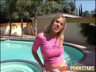 Buah dada besar blondie bintang pornografi daphne rosen teasing kita dengan dia besar