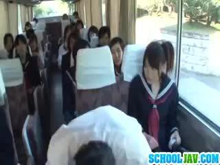 青少年 上 一 公 总线 puts 她的 脸 在 一 总线 rider lap