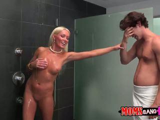 Guy finds שלו gfs אמא חורגת ב the מקלחת