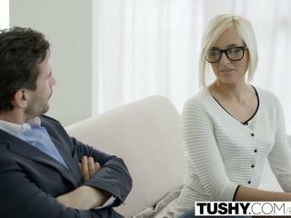 Tushy het sekreterare kate england gets anala från klient