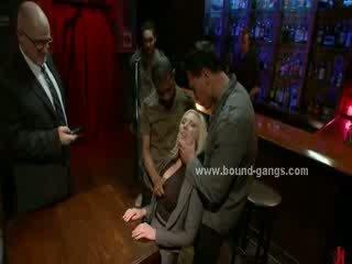 Blondie vynútený na súložiť bar mates v hlboké drsné ústa súložiť a skupina anál sex