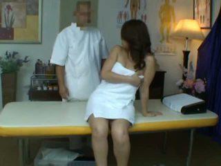Молодий дружина reluctant оргазм під час здоров'я масаж