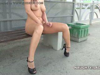 Diversión desnuda en la calle <span class=duration>- 1 min 25 sec</span>