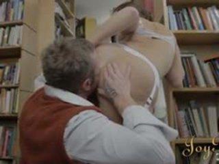 Καυτά βιβλιοφάγος κορίτσι γαμημένος/η σκληρό πορνό σε ο βιβλιοθήκη