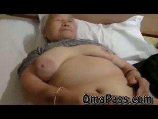 Shumë i vjetër e shëndoshë japanes gjysh qirje kështu i vështirë me një njeri video