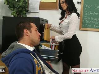 Brunette guru kendra lust gets facialized
