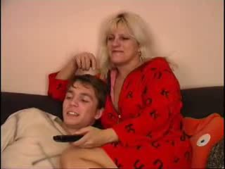 Mom and son nonton tv on kursi