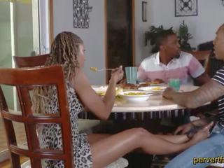 Pervertfamily- arrapato mamma e figlia cheat su loro partners