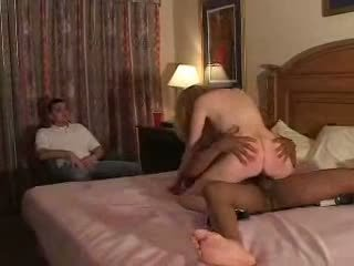 Couples محاولة الأول وقت fliming الديوث تجربة مع bull