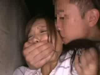 Shocked babegirl käperdatud sisse backyard