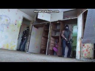 Γυναίκα που πιάστηκε και πατήσαμε σε an abandoned σπίτι