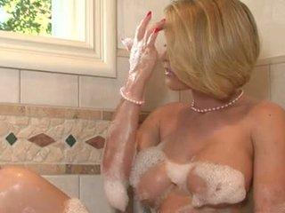 Lascivious vauva krissy lynn pleasures hänen twat iwth hänen fingers sisään the kylpyhuone tub