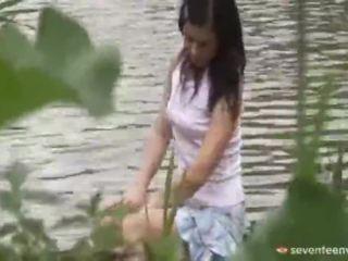 Právní věk teenagerage dívka uvnitř the loď