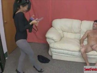 Seksi gadis hubungan intim guys dengan strapons dominasi wanita pegging stoking anal