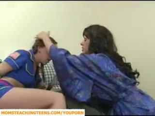 Mama seducing chłopak i nastolatka dziewczyna scout