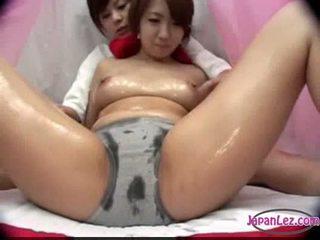 Ασιάτης/ισσα κορίτσι σε σερβιετάκια massaged με λάδι βυζιά rubbed μουνί fing