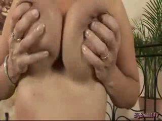 Breasty dame masturbācija