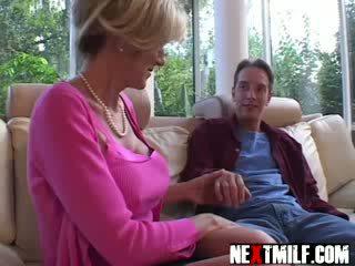 Kívánós guy enjoys nagy csöcsök bevállalós anyuka