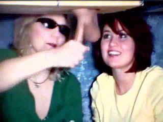 Äiti ja tytär pelissä kanssa a kukko video-