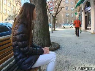 Marina waits für sie mann auf die park bench und eagerly awaits seine appearance auf dies sunny tag