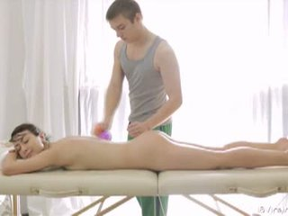 18 virgin sikiş: ajaýyp brunet ýaşlar gets massaged and fucked