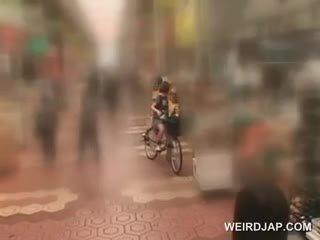 Asiatique ado sweeties getting twats tous humide tandis que chevauchée la bike
