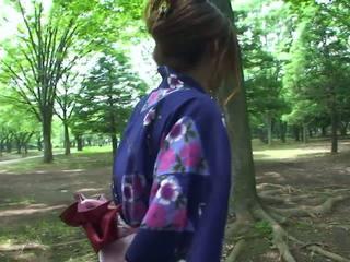 Heet geisha in uniform sucks lul in de toilets