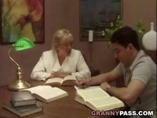 סבתא מורה flirts עם שלה סטודנט, פורנו 75