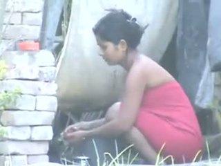 Indiškas kaimas mergaitė maudymasis outdoors