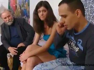 E prapë i vjetër njeri seduces një e turpshme çeke adoleshent vajzë kur të saj boyfriend goes larg