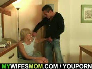 Moeder in wet is screwed op de tafel